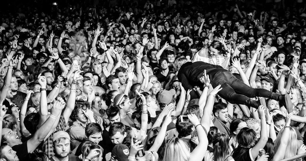 crowd surfing, dead, surf